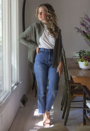 Straight size model wearing the Modernist Jacket Top in Moss Linen unbuttoned.