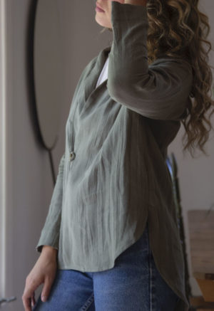Straight size model wearing the Modernist Jacket Top in Moss Linen buttoned.
