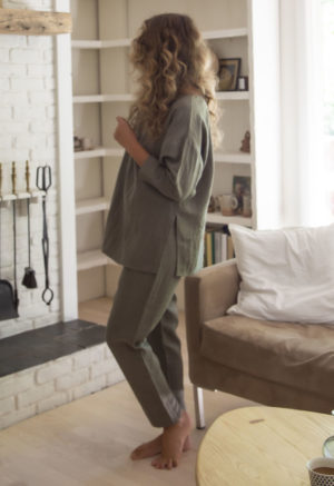 Side view of straight size model wearing Tunic Pullover in Moss Linen.