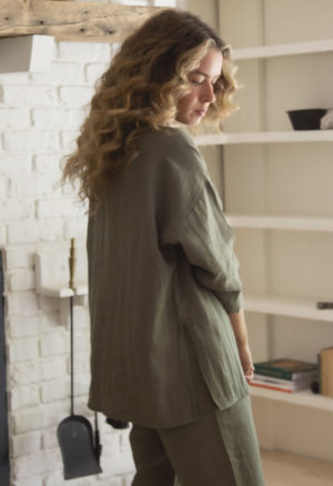 Back view of straight size model wearing Tunic Pullover in Moss Linen.