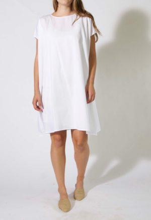 Front view of straight size model wearing sample 500, a kaftan with rounded neckline, in white cotton.